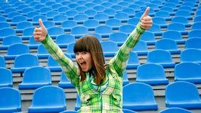 Tiener bij het stadion met o.k. stock afbeeldingen