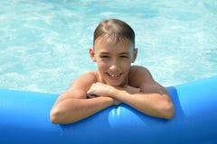 Tiener bij pool Royalty-vrije Stock Fotografie