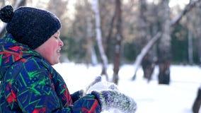 Tiener blazende sneeuw van zijn handen stock video