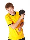 Tiener in de gele speelpingpong van de T-shirt Stock Foto's