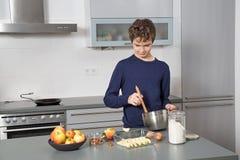 Tiener in de keuken Royalty-vrije Stock Afbeelding