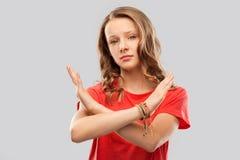 Tiener de kruising dient verbiedend gebaar in stock foto's