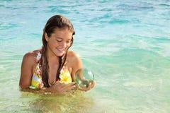 Tiener in de oceaan in Hawaï stock foto