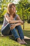 Tiener in de zomerpark Stock Foto