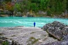 Tiener dichtbij de rivier stock fotografie