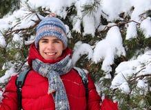 Tiener dichtbij een snow-covered boom stock fotografie
