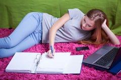 Tiener die aan examen bestuderen Stock Foto