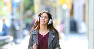 Tiener die aan muziek luisteren die in de straat dansen stock video