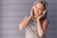 Tiener die aan muziek luistert royalty-vrije stock foto