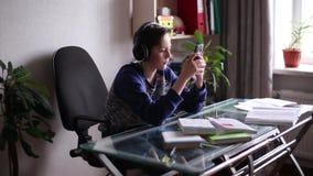 Tiener die aan muziek met hoofdtelefoons luisteren stock footage