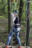 Tiener die bij avonturenpark beklimmen stock fotografie