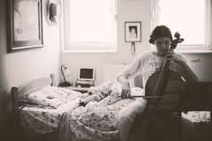 Tiener die Cello uitoefenen Stock Afbeeldingen