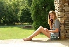 Tiener die celtelefoon met behulp van Stock Foto's