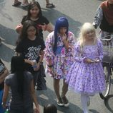 Tiener die cosplay kostuum dragen stock afbeeldingen