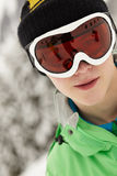 Tiener die de Beschermende brillen van de Ski op de Vakantie van de Ski draagt Royalty-vrije Stock Foto
