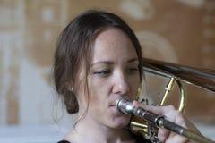 Tiener die de trombone spelen royalty-vrije stock foto