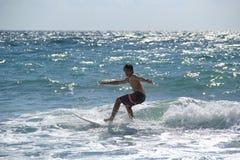 Tiener die dichtbij Fort Lauderdale, Florida, de Verenigde Staten van Amerika surfen Stock Foto