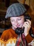 Tiener die door oude uitstekende telefoon spreken royalty-vrije stock foto's