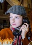 Tiener die door oude uitstekende telefoon spreken royalty-vrije stock fotografie