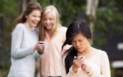 Tiener die door Tekstbericht worden geïntimideerd op Mobiele Telefoon Stock Foto's