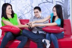 Tiener die een afstandsbediening grijpen Stock Fotografie