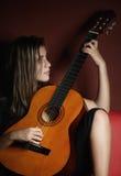 Tiener die een akoestische gitaar speelt Stock Foto's