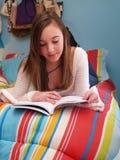 Tiener die een boek leest Stock Fotografie