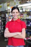Tiener die in een kantoorbehoeftenwinkel werkt Royalty-vrije Stock Foto's