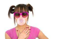 Tiener die een kauwgom blaast Stock Foto