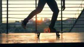Tiener die in een park, langzame motie schaatsen stock footage