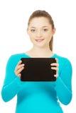 Tiener die een tablet houden Royalty-vrije Stock Afbeelding