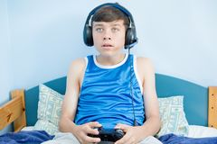 Tiener die een videospelletje spelen stock afbeeldingen