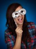 Tiener die een zilveren masker houdt Royalty-vrije Stock Foto's