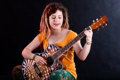 Tiener die en het spelen gitaar zingen stock afbeelding