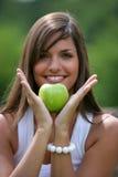 Tiener die groene appel eet stock afbeeldingen