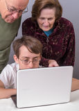 Tiener die Grootouders toont hoe te om Computer te gebruiken Royalty-vrije Stock Afbeelding