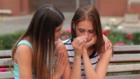 Tiener die haar droevige verstoorde vriend troosten stock videobeelden