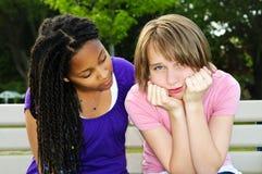 Tiener die haar vriend troost Stock Fotografie