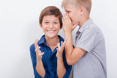 Tiener die in het oor een geheim fluisteren aan royalty-vrije stock foto