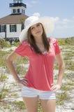 Tiener die hoed op strand draagt Royalty-vrije Stock Afbeelding