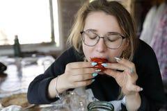 Tiener die ingelegde tomaten eten royalty-vrije stock afbeeldingen