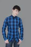 Tiener die jeans en blauw overhemd dragen Royalty-vrije Stock Foto
