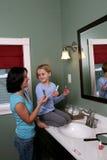 Tiener die jong meisje helpt make-up toepassen Stock Fotografie