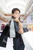 Tiener die (jong meisje) met zakken winkelt Stock Foto's