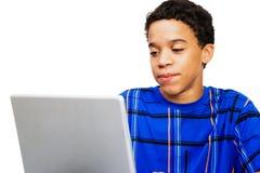 Tiener die Laptop bekijkt Stock Foto