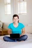 Tiener die laptop met behulp van Royalty-vrije Stock Foto's
