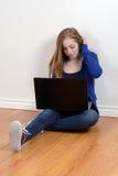 Tiener die laptop met behulp van Stock Foto