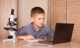 Tiener die Laptop thuis met behulp van Schooljongen met Laptop Educat Royalty-vrije Stock Fotografie