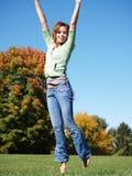 Tiener die in lucht springt Stock Foto's