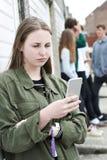 Tiener die Mobiele Telefoon in het Stedelijke Plaatsen met behulp van stock afbeelding